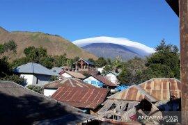 Topi awan melingkari Gunung Rinjani Page 1 Small