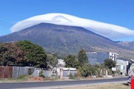 Topi awan melingkari Gunung Rinjani Page 5 Small