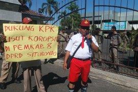 LSM Situbondo aksi damai dukung Roadshow Bus KPK (Video)