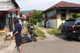 Densus 88 lakukan penggeledahan sebuah rumah di Berok Nipah Padang