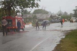 Satu pengendara sepeda motor tewas tertimpa pohon tumbang di lintas Banda Aceh-Meulaboh