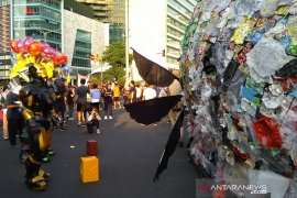 Monster plastik 500 kg diarak keliling Jakarta