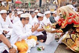 """Pemkot Denpasar """"Ngaturang Bhakti Penganyar"""" di Pura Mandhara Giri"""