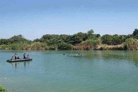 Tim evakuasi angkat bangkai pesawat di  Sungai Cimanuk Indramayu