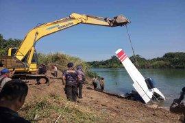 Bangkai pesawat latih yang jatuh di dasar Sungai Cimanuk berhasil diangkat