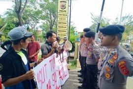 Mahasiwa demo Polres Aceh Barat pertanyakan kasus kematian dua pasien salah suntik