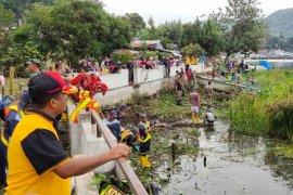 Pemkab Simalungun aksi bersih eceng gondok di Danau Toba
