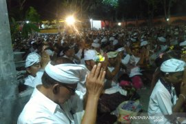 Umat Hindu rayakan Galungan dan Piodalan di Pura Cijantung