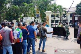 Puluhan buruh geruduk Kantor PN Cibinong tolak putusan kasasi MA