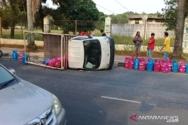 Mobil bak terbuka angkut elpiji terjungkal akibat kelebihan muatan