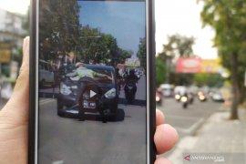 Viral polisi nempel di kap mobil, ini penjelasan Polrestabes Bandung