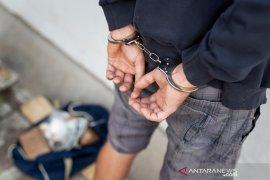 Dua terdakwa pemilik lima paket ganja kering diadili