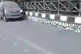 Kendaraan bermotor tersaput abu erupsi Tangkuban Parahu