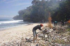 Bakar sampah di Pantai Jung Pakis