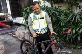 Brigadir Nathan Doris, polisi ditabrak mobil di Bandung dihadiahi sepeda