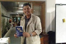 "Penyair Aziz Manna luncurkan buku puisi ""Jihwa Gra Van Cana"""