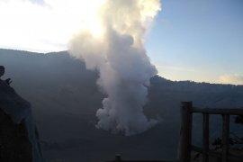 Sebagian Lembang berkabut pekat saat Tangkuban Parahu erupsi