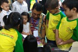 Orang tua dianjurkan perkenalkan buku daripada gawai pada anak