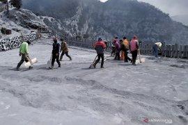 Ratusan petugas taman wisata Tangkuban Parahu bersihkan abu vulkanik pascaerupsi