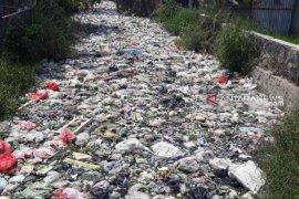 Tumpukan sampah di Kali Bahagia Bekasi sepanjang 1 kilometer