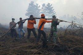 Personel Polres Muarojambi dan TNI berjibaku padamkan kebakaran di Kumpeh Ulu