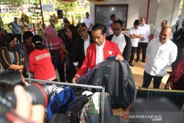 Presiden Jokowi beli jaket ulos Sibolang Rasta di Tapanuli Utara