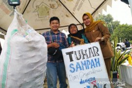 DLH Tangerang tukar 20 botol plastik bekas dengan tumbler