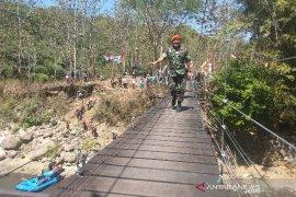 TNI AU bangun jembatan gantung di pelosok perbatasan Cibiuk-Cibatu Garut