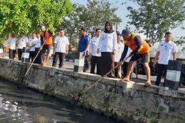 Tinjau saluran air, Wali Kota Mojokerto imbau masyarakat jaga kebersihan