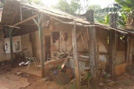 Warga Tangsel tinggal di rumah  reot, dihimpit komplek elit BSD