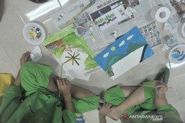 Pasien Rumah Sakit Jiwa Ernaldi Bahar ekspresikan diri lewat seni Page 3 Small