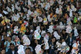 Buat ribuan wayang kertas, mahasiswa baru Ubaya pecahkan rekor MURI