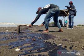 Ratusan warga yang bersihkan limbah minyak di pantai Karawang terserang penyakit