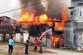 """12  rumah musnah dilalap """"Si jago Merah"""""""