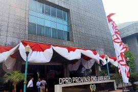Pin emas DPRD DKI Jakarta dibagikan, Fraksi PSI dicarikan bahan kuningan