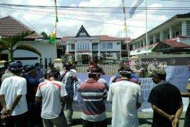 Terkait dugaan penyelewengan dana desa, masyarakat Pahieme unjuk rasa di Kejari Sibolga