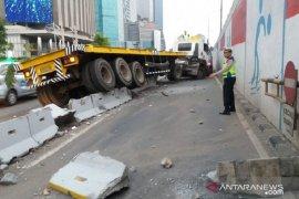 Pengemudi truk kontainer mengantuk, akibatnya seruduk sparator busway