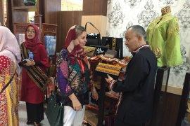Rombongan istri atase militer negara tetangga kagumi kerajinan  Aceh