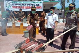 Kejari Aceh Barat musnahkan narkotika,  amunisi dan ribuan rokok ilegal