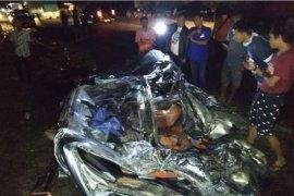 Truk muatan tangki timpa minibus empat tewas