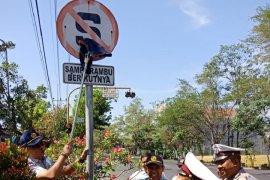 Jasa Raharja Kediri bersihkan rambu lalu lintas
