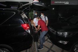 Usai penggeledahan, KPK amankan dua koper dari Kantor BPKAD Jatim