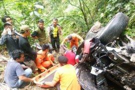 Tim evakuasi mobil dan penumpang masuk jurang di Simalungun