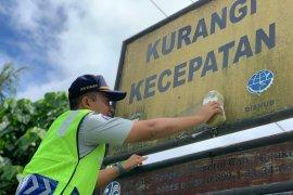 Jasa Raharja Maluku bersihkan rambu lalu lintas di Ambon