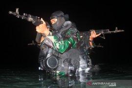 Yontaifib 2 Marinir latihan selam tempur di Situbondo