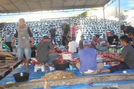 Warga non-Muslim Waena-Jayapura dapat paket daging kurban