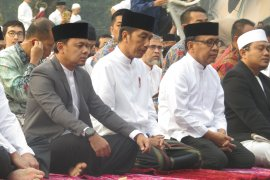 President Jokowi performs Idul Adha prayers  at Bogor Botanical Garden