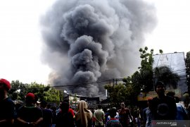 Damkar Jaktim butuh sembilan jam padamkan api yang membakar gudang plastik