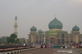 Warga Pekanbaru salat Idul Adha di tengah kabut asap