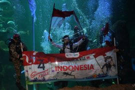 Upacara bendera di bawah air